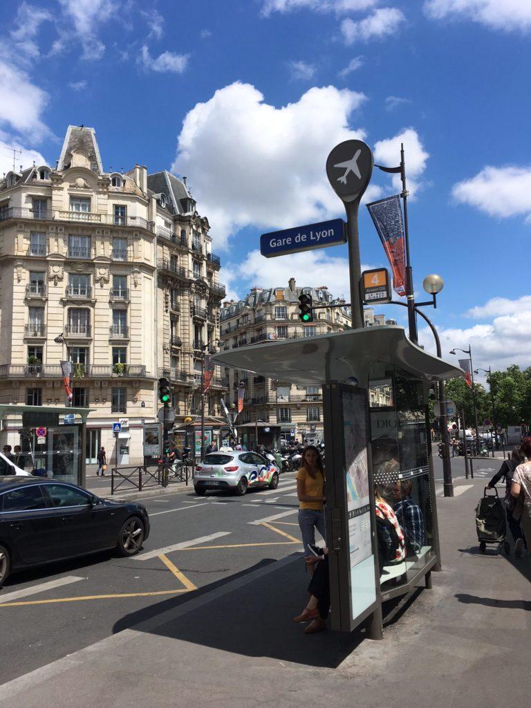 巴黎里昂火车站外的机场大巴车站