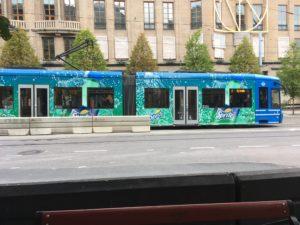 轻轨7号在国王花园站等待发车