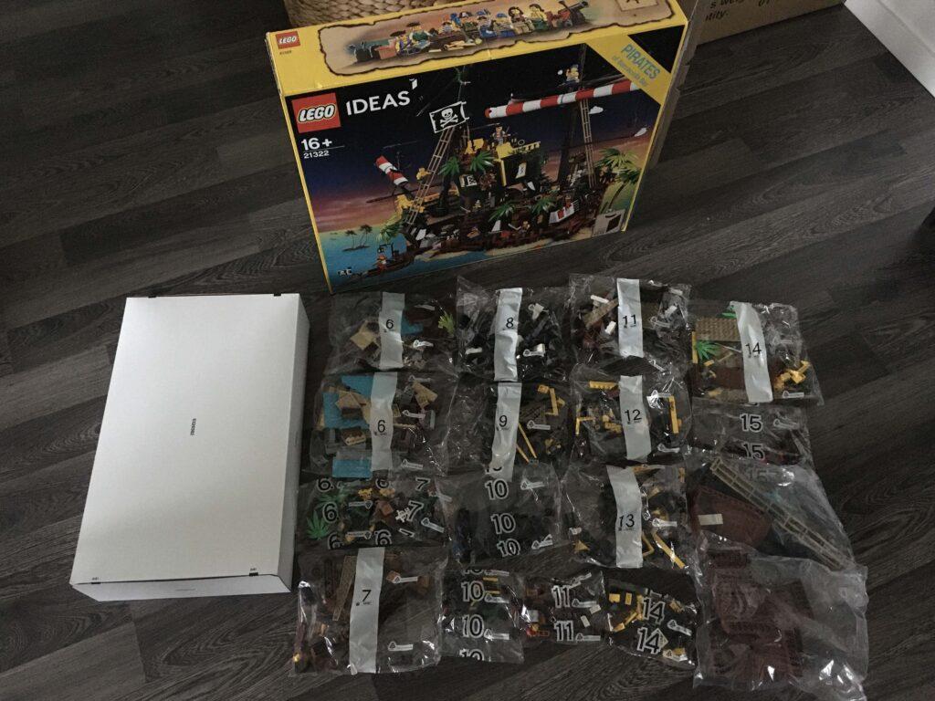 lego21322_parts
