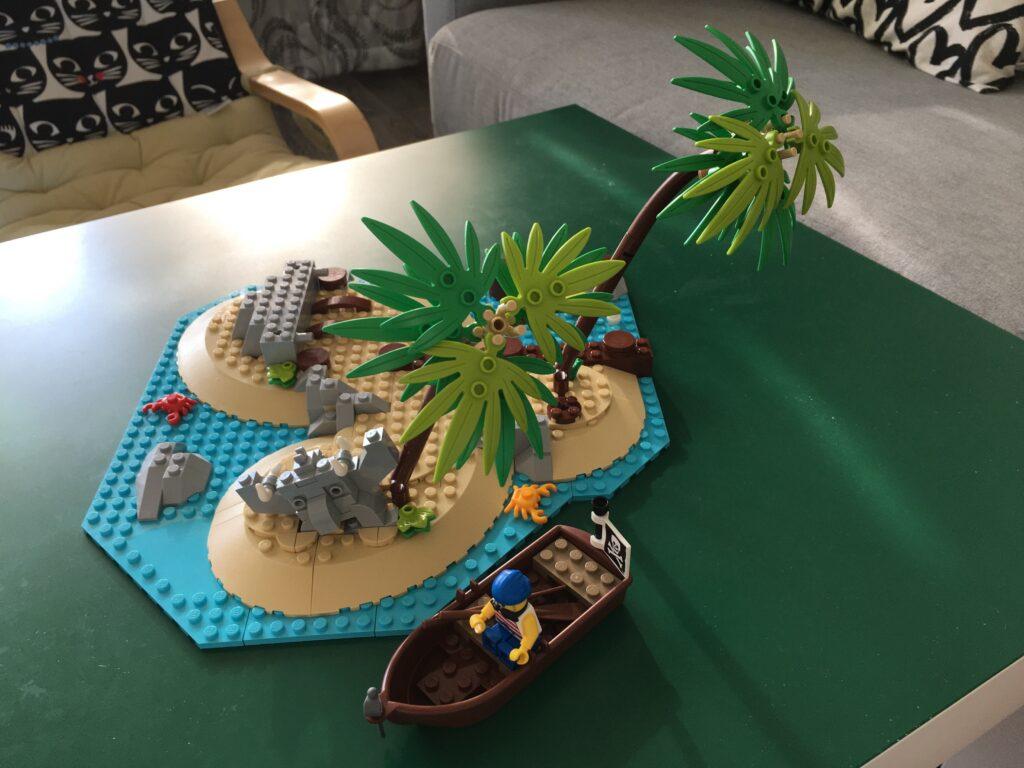 lego_21322_island