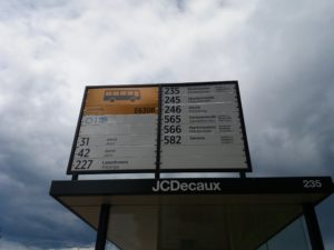 たくさんのバスが停まるバス停