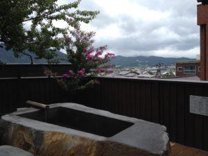 上杉の御湯御殿守の中庭から
