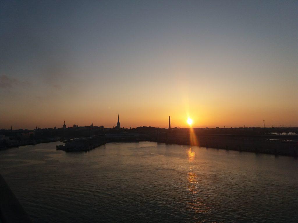タリンの上の夕陽