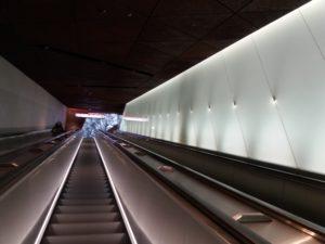 メトロ駅のエスカレータ
