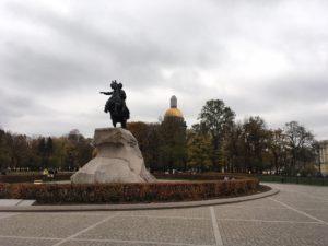 イサアク大聖堂を背景に青銅の騎士