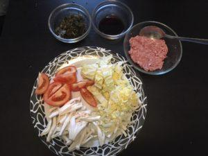 野菜を切ってひき肉を下ごしらえ