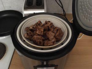 炊飯器でリブ肉を蒸す