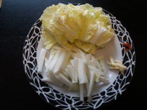 白菜とにんにくを切る