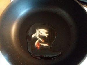 にんにくと鷹のツメ炒め