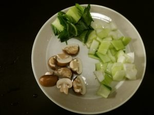 青梗菜とマッシュルームの材料のカット
