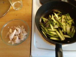 ササミ肉を一度あげてアスパラガスを炒める