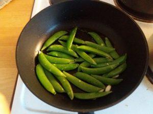 スナップエンドウを炒める
