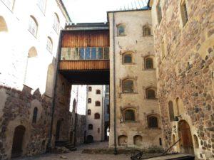 トゥルク城裏口側から入った中庭