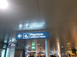 ヘルシンキ国際空港の遊戯室のサイン