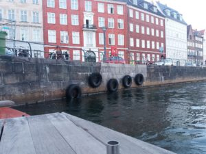 時には細い運河を通り抜ける