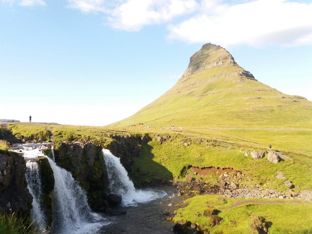 美しい山と滝