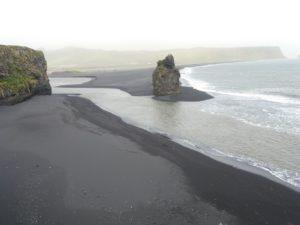 ブラックサンドビーチを見下ろして