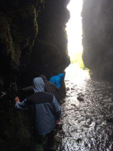 洞窟内から見た川渡り