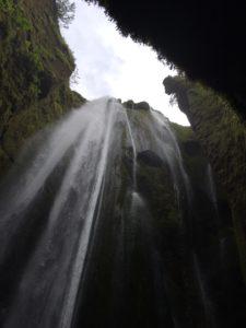 洞窟の中に降り注ぐ滝