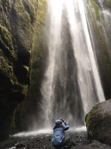水しぶきを受けながら写真撮影