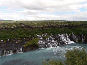 崖肌を細く流れ落ちる滝Hraunfossar