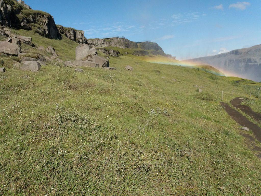 丘の上に乗った虹
