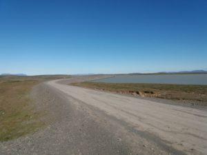 湖沿いを走る未舗装路