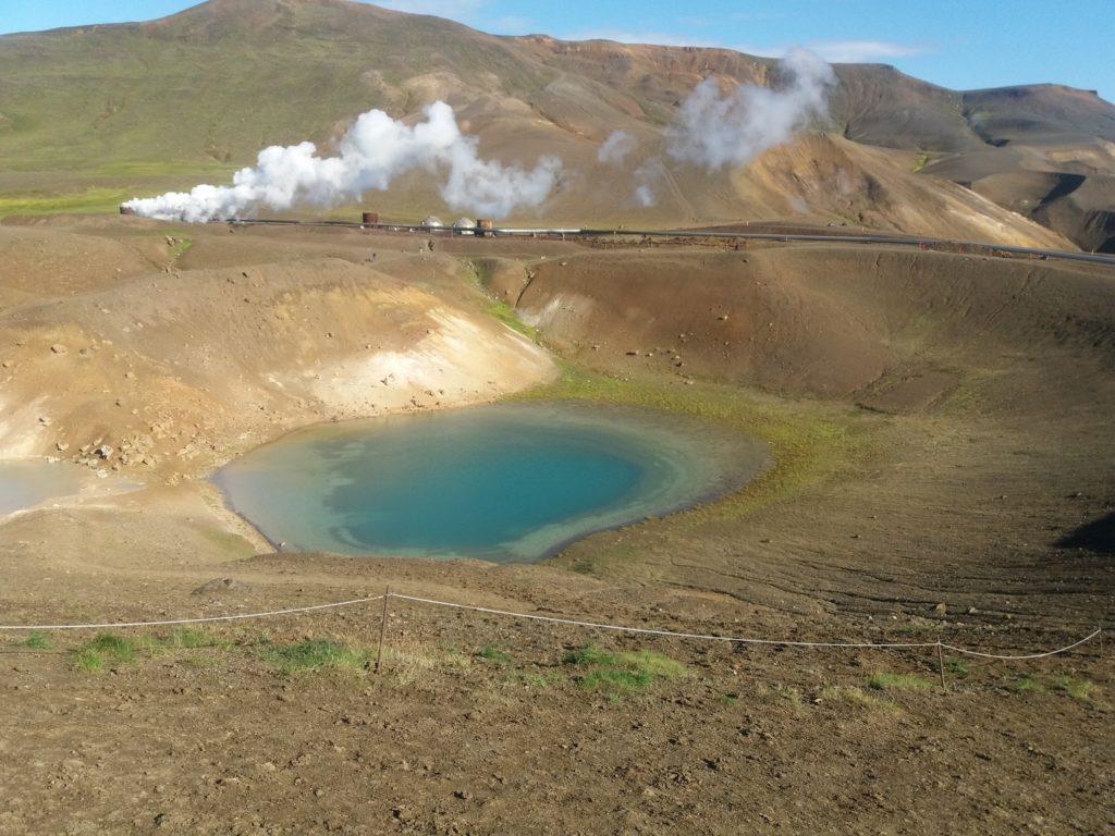 小さく隠れる火山湖と地熱発電所