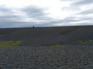 黒い小石の丘を越えて