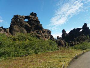 穴のあいた奇岩