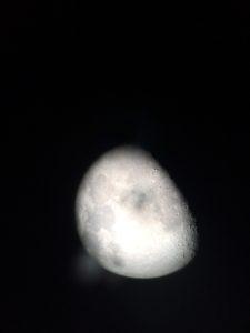 望遠鏡の中の月