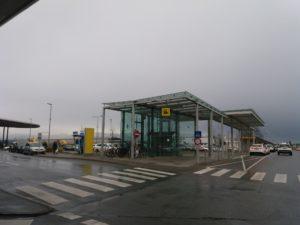 グラーツ空港から電車駅へ