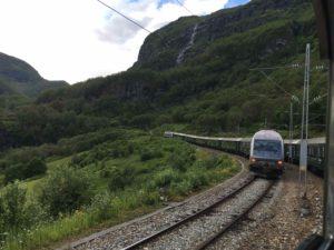 逆方向に向かうフロム鉄道