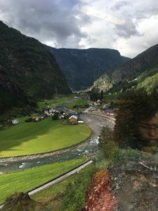 峡谷を走るフロム鉄道