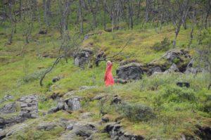 滝で踊る自然派お姉さん