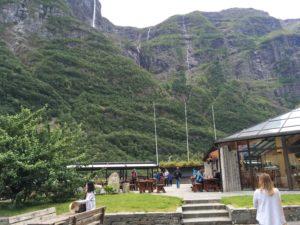 Gudvangenは山間の峡谷