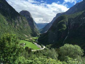 美しい峡谷の中を走る950番
